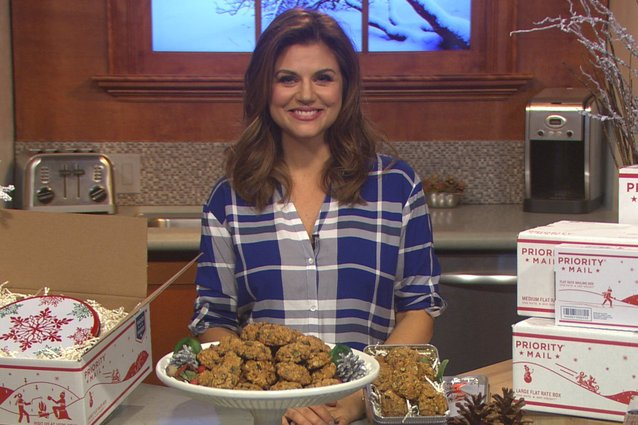 White Collar's Tiffani Thiessen gives tips on gift giving over the holidays.