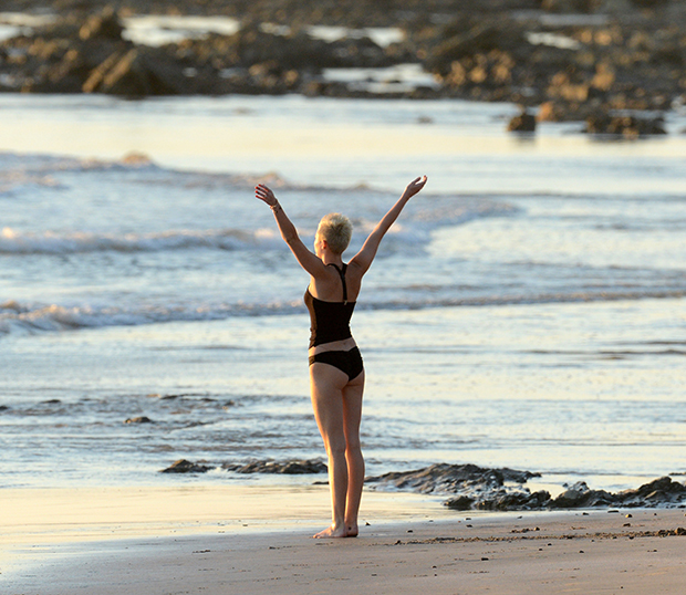 miley cyrus does beach yoga